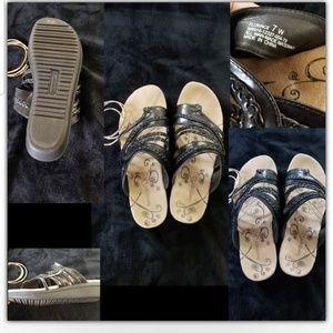 Bare traps sandals size 7W